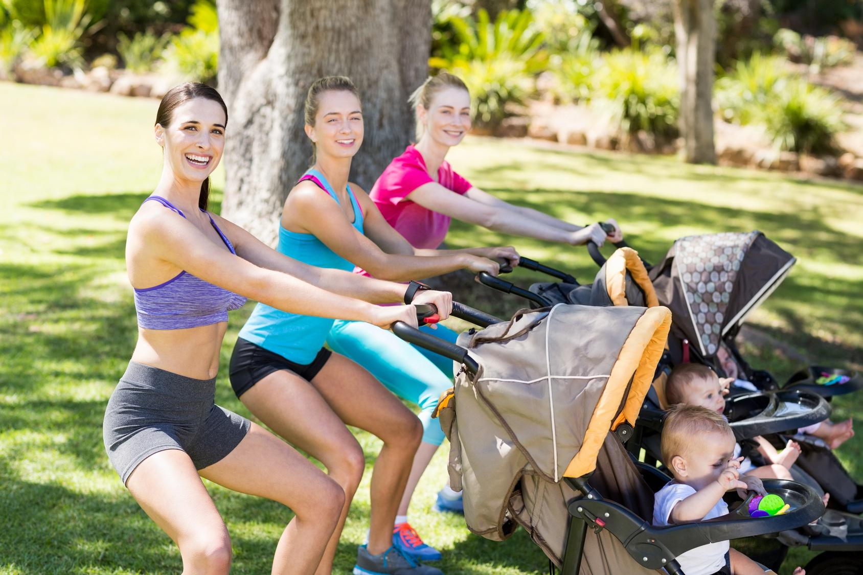 Mütter trainieren mit Baby und Kinderwagen. Sport mit dem Kinderwagen.